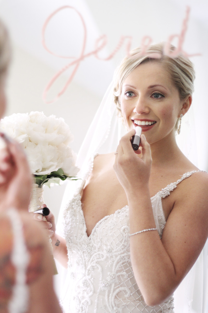 bride-putting-on-lipstick